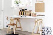Arbeitszimmer und Home Office / Das Arbeitszimmer sollte ein ruhiger und kreativer Raum sein. Wir zeigen, wie Sie mit ein paar Kniffen eine inspirierende Atmosphäre im Arbeitszimmer schaffen und geben Tipps für eine individuelle Einrichtung – vom schicken Designer-Schreibtisch über die stylische Arbeitsleuchte bis zu inspirierenden Arbeitszimmern in unseren Wohnwelten.