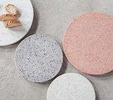 Terrazzo / Stein ist in! Nach Marmor ist Terrazzo der Look der Stunde und bleibt nicht auf dem Boden: Möbel und Wohnaccessoires lassen das edle Material wieder aufleben und werden dank der aparten Tupfer zu coolen Deko-Objekten.