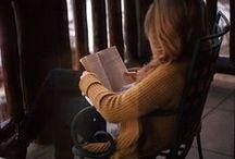 Llegint · reading / Tothom llegeix, els mites, els actors, els escriptors, els nens, i cadascú troba la seva manera de viure la lectura.