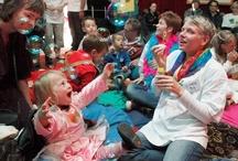 Bezoek van de Regenboogboom / Jaarlijks worden duizenden kinderen bezocht. Een bezoek is vooral veilig, ontspannend en leuk. Het kind een veilig gevoel geven staat bij ons voorop. Onze vrijwilligers volgen een professioneel trainingstraject voordat zij kinderen mogen bezoeken. Onze vrijwilligers komen minstens maandelijks in ongeveer 20 ziekenhuizen in Nederland, en ook op scholen, instellingen en bij gezinnen thuis. www.regenboogboom.nl #goeddoel #CBF #ANBI #charity