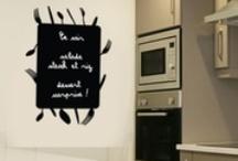 Stickers Ardoise / Slate / Vos gribouillis d'écolier enfin élevés au rang d'œuvres d'art grâce à ces stickers tableau noir ardoise sur lesquels on écrit à la craie. Dessin pour les parents, numéros à jouer, ou tout simplement message de détresse « pense à ramener une baguette ce soir ». Quand le « pense-bête » devient convivial, joignez l'utile à l'esthétique avec un sticker ardoise!