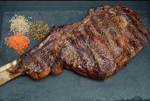 Tomahawk Steak / Tomahawk steak er en fantastisk bøf som er rig på både smag, saft og mørhed, og uden tvivl et syn der vil imponere dine gæster. Tomahawk steak er også kendt som Cote de boeuf. Vi får vores Tomahawk steaks fra irske John Stone.