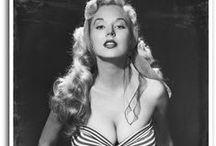 Betty Brosmer / Betty Brosmer était une top model américaine dans les années 50, célébrée pour son tour de taille spectaculaire. Il fit la couverture de nombreux magazines et gagna plusieurs concours de beauté.