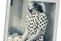 Polka dots! / Les petits pois ont un charme rétro si marqué qu'on les associe tout de suite aux pin-ups! Découvrez l'histoire de ce motif typiquement féminin: http://www.missretrochic.com/2014/08/28/la-petite-histoire-des-pois/