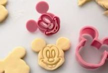 Zo maak je jouw eigen Mickey Mouse koekjes! / We deden een schort om, stroopten onze mouwen op en doken de keuken in. De Mickey Mouse Cookie Cutters werden door ons grondig getest. Hier zie je het resultaat!