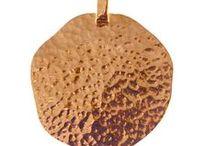 """Coleção """"Golden"""" / A marca portuguesa Topázio continua a renovar-se e a apostar nas mais recentes tendências. A coleção Golden, já disponível, é composta por cinco peças em banho de ouro rosa. Os traços muito geométricos e texturados imprimem na coleção a categoria de peças statement.  """"Golden"""" é composta por um anel, um par de brincos, duas escravas e uma medalha, num design de assinatura exclusiva da Topázio."""