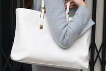 【CHARUER(シャルエ)】FB29240 / 大容量が魅力な大人のトートバッグ。 ゴールドの金具がアクセントになっています。 雑誌やペットボトルなども悠々と収納できるので、 デイリーやオフィスにも最適。 風合いが良く持つほどにツヤが増し、革の変化が楽しめます。 シンプルで長く愛用できるバッグです。  ブランド:CHARUER(シャルエ) 品番  :FB29240 価格  :¥21,000 + Tax サイズ :H280 × W360 ×D180 カラー :WH、BK、BE、GY