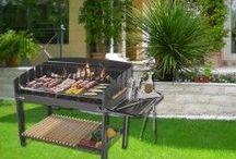 BARBECUE E ACCESSORI / Per i veri fan della grigliata in giardino Un barbecue per ogni cuoco. Sei un vero fan della grigliata o un amante occasionale?  La tua grigliata sarà in giardino o a casa sul balcone?  Scegli il barbecue più adatto, con tutti i suoi accessori.