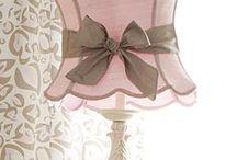shabby chic / Shabby Chic ist, wenn charaktervolle Vintage-Möbel das mit Rüschen besetzte Ballkleid ihrer Großmutter anziehen - unperfekten Oberflächen: Weiß oder Cremefarben lackierte Schränke, Kommoden und Tische mit gewollten Kratzern und Makeln sind typisch