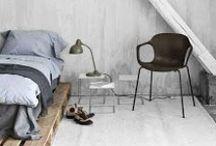 House design. / Zabudovanie drevenej palety do sústavy nábytku sa zdá byť kreatívnym a lacným trendom. Je to skvelé, šikovné a ľahko realizovateľné. Môžu sa palety lepšie zúžitkovať? Palety sú stále veľkou inšpiráciou. Trochu brúsenia, náteru, laku, palety naskladať na seba  a inovatívny nábytok je hotový! Letné terasové lôžko, príborník, posteľ, odkladacie priestory, je to jednoduché a šik.
