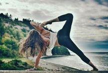 """Yoga / Yoga activeert je stofwisseling, verbetert de bloedcirculatie en vertraagt het verouderingsproces. Door yoga leer je je te ontspannen. Dit is heel fijn als je het moeilijk vindt om """"af te schakelen"""" of als je moeite hebt met in slaap vallen. Door yoga rust je beter uit en door betere rust, voel je je lekkerder. Yoga versterkt je spieren en botten. Hierdoor wordt je lichaam sterker, zonder dat je aan de slag hoeft met gewichten."""