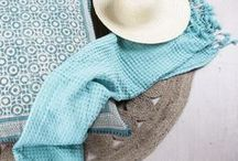 ¡Tiene tela! Textiles Banak / El textil forma parte esencial de la decoración de un hogar. Déjate seducir por nuestra selección de complementos para poner ese toque personal en casa y marca la diferencia en cada una de tus estancias con los diferentes estilos que te presentamos en Banak. Desde nórdic hasta contemporáneo, pasando por romántico, vintage o industrial... en Banak Importa encontrarás los complementos textil que estás buscando. ¡Déjate seducir!
