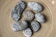 Steine / natürlich und/oder kunstvoll mit Farbe versehen.