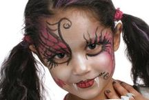 Maquillage d'Halloween / Avec Grim'tout, deviens le monstre de tes pires cauchemars pour Halloween !  Simplement dilué avec un peu d'eau et à appliquer à l'éponge ou au pinceau, le maquillage à l'eau Grim'tout permet de réaliser tous les maquillages pour petits et grands.  Très couvrants et d'une qualité optimale, les fards Grim'tout sont formulés sans parfum et sans paraben pour éviter les allergies. Les couleurs peuvent être mélangées pour créer de nouvelles nuances et des dégradés de couleurs à l'infini.