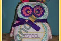 Regalos hechos de pañales para bebes / Pequeñas y grandes maquetas, hechas de pañales y todo lo que se necesita para el cuidado de los bebés de la casa.