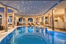 Wellness und Gesundheit auf 1450 Meter / Finden Sie Tiefenentspannung im Wellnesshotel Bergland mit dem Panorama Hallenbad, dem Outdoor - Sole Whirlpool, verschiedenen Saunen und großzügigen Ruhebereichen.