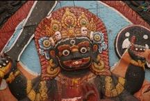 Nepal z Haxelem / Podróż rozpoczęła się w Katmandu od wspólnej medytacji z mnichami buddyjskimi. Potem na pokładzie prywatnego samolotu przenieśliśmy się do dżungli w Narodowym Parku Chitwan. Uczestników zachwyciło safari na słoniach i spotkanie z prawdziwym szamanem. Z upalnej dżungli ponownie na pokładzie prywatnego samolotu przenieśliśmy się do Pokhary w sercu Himalajów. Kulminacyjnym punktem wyprawy był trekking z noclegiem w specjalnie stworzonym dla nas obozowisku pod Annapurną!