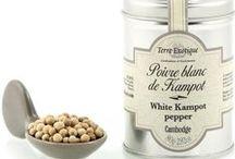 Poivres d'Origine / Parmi les Piper, nous distinguons les Piper nigrum : « le roi des épices », le poivre qui est traditionnellement noir, blanc, vert voire rouge.