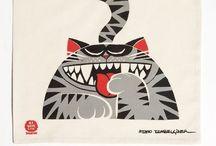 Bez Çanta / Ünlü karikatürist ve mizahçı Memo Tembelçizer in özel çizimleriyle renk bulan bez çantalar  35X40 ebatında ham bez kumaştan emprime baskılı çıtçıtlı siyah omuz askılı özel tasarım çanta