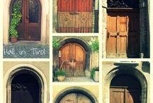 szobor- épület- ajtó