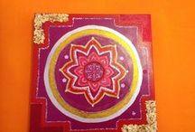 Mandala art on canvas / Mandala.Tecnica su tela con colori acrilici, applicazioni con specchietti, cornici di pizzo,foglie in oro,colori stesi con pennelli o le mani.I mandala provengono dalla tradizione tibetana o in Nepal con la sabbia, usati in yoga per meditare,in psicologia e psicoterapia.Mandala in sanscrito significa sia rotondo che universo. Il cerchio rappresenta l'universo e i disegni interni sono la nostra vita e le sensazioni di quel momento.Vivere al presente tirando fuori le proprie emozioni con colori.