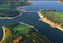 Les lacs du Lévézou en Aveyron / Les lacs du Lévézou se trouvent en Aveyron entre Rodez et Millau, 3 sont aménagés pour la baignade : le lac ed Pont de Salars, de Villefranche de Panat et le plus connu : le lac de Pareloup, 5ème plus grand lac artificiel de France avec ses 130 km de berges. Baignade, nautisme doux et motorisé, pêche font le bonheur des vacanciers et des aveyronnais.