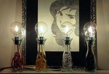 Wine Lamp - Il Lato Creativo / Lampada da tavolo. Riuso creativo! La WineLamp è realizzata cambiando destinazione d'uso a una tipica caraffa da vino in vetro. Il filo elettrico in tessuto è disponibile in numerosi colori. Possibilità di personalizzare la finitura del portalampada e la tipologia di lampadina.