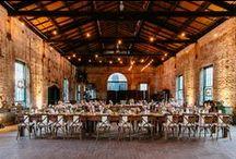 Urban/Industrial Chic Hochzeit / Ein cleaner Look, die urbane Hochzeit findet in industriellen Gebäuden, Lofts oder alten Amtsgebäuden statt. Opulent oder minimalistisch, die Urbanität steht im Mittelpunkt.