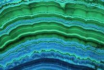 Minéraux : Malachite Azurite Chrysocolle / Ces 3 minéraux sont si souvent mêlés qu'il ne fallait qu'un tableau pour les réunir. Du vert et du bleu à profusion!