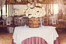Burgundy Wedding / Give a wine taste to your wedding with grape's centerpiece, wine corcks decorations and barrels! Color: burgundy