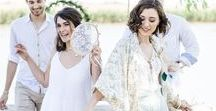 Boho Hochzeit Elopement / eine Boho Hochzeit im engsten Kreis am Wasser: Hochzeitsdeko aus Federn, Kristallen, goldenen Glöckchen, Traumfängern. Ein Baldachin mit Himmel und Lichterketten verzaubern
