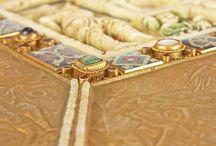 Codex Aureus / Codex Aureus este cel mai faimos şi valoros manuscris medieval occidental care se află în România. Reprezintă cele patru evanghelii, de unde și denumirea de evangheliar, realizat pe pergament în 810 (probabil chiar mai repede) ― adică, în urmă cu peste 1200 de ani ― la cererea împăratului Carol cel Mare... Codex Aureus e făcut pe pergament, pergament făcut din piele de viţel ne fătat, sacrificat, ca să fie foarte fin ... Coperțile 1 și 4, lucrate în plăcuțe de fildeș placate cu foita de aur si batuta cu pietre pretioase ...