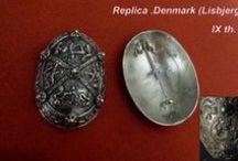 Na sprzedaż .For sale .Replika brosze .  Lisbjerg .Viking Tortoise Brooches  .www.szepczacekruki.pl / Na sprzedaż . For sale .Replika brosz żółwiowych z Lisbjerg . Dania. Datowanie IX w. Materiał : brąz . Die Replik Wikingerzeitliche Oval- oder auch Schildkrötenfibeln. Dänemark , Lisbjerg . IX th. material : Bronze. Replica Turtle Brooches Bronze from Lisbjerg near Arhus - Denmark. Dating of : IX th. material :Bronze
