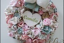 Guirlanda de flores - enfeite de porta para maternidade / esta guirlanda faz parte do quarto de bebê confeccionado em linho. .www.facebook.com/lojaleleka. ...www.elo7.com.br/lelekaatelie