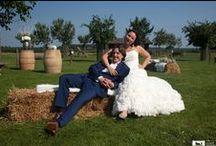 Trouwen op een boerderij / Op zoek naar een bijzondere locatie voor het vieren van de mooiste dag van je leven? Denk eens aan trouwen op een boerderij! Een bruiloft op de boerderij betekent hooibalen, koeien, weidse uitzichten en een relaxte sfeer. Een unieke setting voor een onvergetelijke dag.