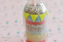 Sable coloré avec des craies / Comment créer du sable coloré avec des craies ? Découvrez ce tuto simple pour une activité créative enfant originale de sable coloré à mettre en bouteille ! Ou à utiliser pour décorer des châteaux de sable ou des fresques de trottoir !