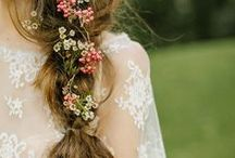 bohemian wedding hairstyle inspiration / Pretty wedding hairstyle ideas for bohemian, free spirited brides including flower crowns, loose locks, soft up-dos.