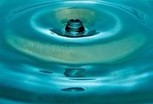Design line Aqua by BERND WOLF / Tropfen, die das Element Wasser verkörpern, prägen die neue Bernd Wolf Designlinie Aqua.   Wasser als Lebenselixier und Quell der Lebendigkeit ist das Leitmotiv der neuen Bernd Wolf Designlinie Aqua.  Mit dem Collier Tau verbindet BERND WOLF den magischen Glanz von kleinen Süßwasserperlen in exzellenter Qualität mit dem glitzernden Schimmer von funkelndem Zirkonia oder Diamant in Mikropavé-Fassung.