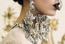 ACCESSORY / Costume jewellery, headdresses, adorned