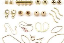 Apprêts en gold filled (14carat, 5% d'or) / La finition gold-filled est un traitement très utilisé aux USA : une finition en or 14 carats appliquée sur une base en laiton.  Le poids d'or correspond à 1/20 du poids total du produit soit environ 50 à 100 fois plus que dans un produit plaqué or. Les bijoux gold-filled ont l'apparence des bijoux en or massif pour un coût très inférieur avec 5% d'or. Un produit gold-filled durera toute une vie dans des conditions normales d'utilisation.