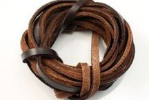 Fils en cuir pour bijoux / Nous proposons une sélection de fils en cuir véritable, disponibles en plusieurs coloris, simples ou tressés, de différentes épaisseurs, pour la confection de bracelets et colliers.