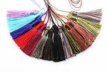Pompon imitation soie / Les pompons fils imitation soie  sont pour accrocher et décorer dans le cadre du design créatif de bijoux. Découvrez tout notre pompon imitation soie de couleurs variées sur notre boutique en ligne www.franceperles.com