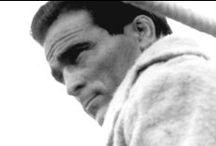 Marcel Cerdan / Marcel Cerdan est considéré comme le plus grand champion du monde de boxe que l'Europe nous ait donné.  La fulgurante ascension mondiale de cet enfant du peuple, son palmarès sportif, son idylle avec la chanteuse Edith Piaf et sa brutale disparition dans un accident d'avion à l'âge de 33 ans, ont fait de lui l'un des héros les plus populaires dans la mémoire et le cœur des Français.