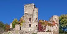 Aveyron1  Belcastel (France) / L'un des plus beaux villages de France. Les maisons de Belcastel sont toutes en pierre de pays et leurs toitures de Lauzes. Le château fort a été restauré par Fernand Pouillon, célèvre architecte. Ce château est visitable.