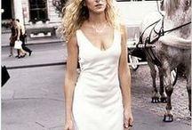 """Mode aus TV-Serien   Carrie Bradshaw / Eine Zusammenstellung aller Outfits, die Carrie Bradshaw in der Fernsehserie """"Sex And The City"""" jemals getragen hat."""