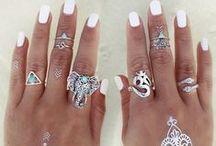 Ringen / Ringen heb je in allerlei soorten, stijlen en maten! Zilveren ringen, gouden ringen, ringen sets, verstelbare ringen, above knuckle ringen, knuckle ringen om er een paar te noemen... Bij Lana's Sieraden vind je een uitgebreide ringen collectie die regelmatig wordt aangevuld met nieuwe ringen! Zo kun jij er voor zorgen dat het altijd een feestje is om jouw vingers :)!
