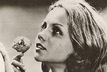 """Faustine et le bel été (1972) / Nell'estate dei suoi sedici anni, Faustine trascorre le vacanze dai nonni in campagna. Passa i pomeriggi fantasticando ad occhi aperti, rilassandosi all'ombra delle latifoglie e subendo, in qualche modo, il fascino dei vicini che soggiornano in una grande casa nel cui steccato spicca una porticina blu. Faustine osserva le loro vite da lontano, non osa incontrarli eppure lo """"spettacolo"""" che si offre ai suoi occhi la inizia poco a poco all'ineffabile, malinconico universo degli adulti ..."""