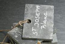 Etiquettes Cave / Pour le bonheur des amateurs. Pour identifier et répertorier les bouteilles dans la cave à chacun son classement, par cru, par cépage, par régions vinicoles et pays. En ardoise, en métal, des étiquettes en ardoise, en métal authentiques.