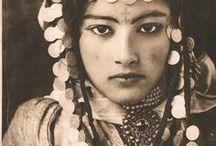 Ouled Naïl - História da Dança do Ventre / Os Ouled Naïl são uma Confederação de tribos árabes que vivem nas montanhas Ouled Naïl, da tribo de Argelia. Os Ouled Naïl também deu origem a um estilo de música conhecido como Bou Saâda. Na dança do ventre, o termo se refere a um estilo de dança originado pelo povo Ouled Naïl, são conhecidos por seu tipo de  dança do ventre.