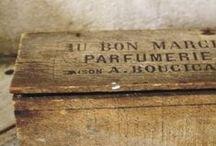 Drewniane skrzynie, kufry, szuflady